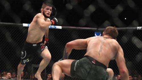 نورمحمدوف يهاجم مكريغور بعد اعتدائه على رجل مسن