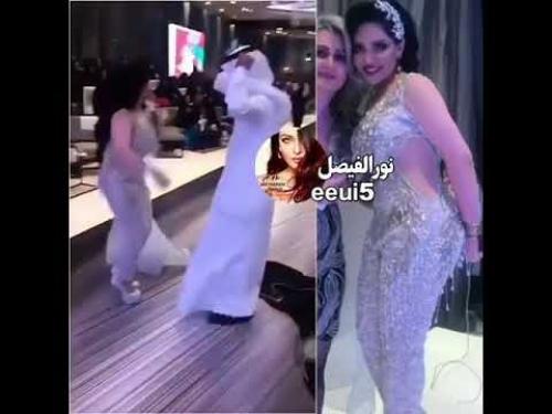 شاهد بالفيديو : فنانة كويتية شهيرة تثير جدل واسع بفستان شفاف .. يظهر جميع جسمها في حفل زفاف شقيقتها