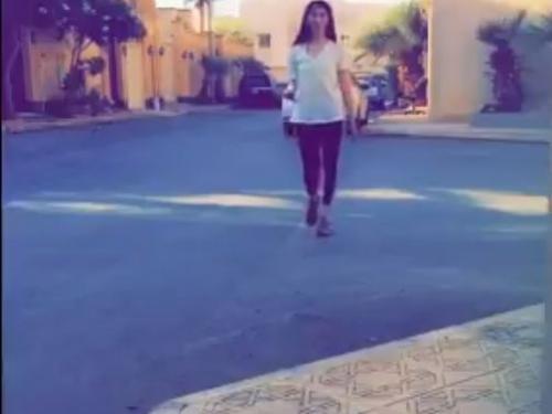 شاهد : فتاة سعودية تتجول بلباس متحرر في الرياض لاختبار القوانين ونظرة المجتمع (فيديو)