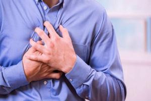 """أطباء يوجّهون نصيحة عاجلة عند الشعور بـ""""آلام الصدر"""""""