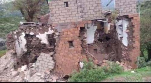 """الامطار تخرب منازل المواطنين في قريتي """"منزل غراب"""" و""""النبيجة"""" في وادي بناء بمديرية السدة"""