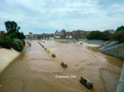 هكذا تحول أهم شارع وخط شرياني وسط العاصمة صنعاء إلى بحيرة من المياة (صور )