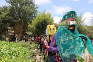 """لماذا تظهر النساء """"الجواري"""" في اعياد اليمنيين وكيف يرقصن البرع باتقان مع الرجال ..عادات مازالت باقية ؟!"""