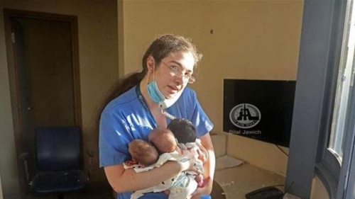 أبطال الأزمات.. ممرضة تحمل ثلاثة مواليد بعد انفجار بيروت