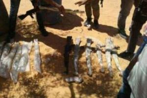سيول الامطار تكشف عن اسلحة مدفونة تحت الارض بمعسكر السواد بصنعاء