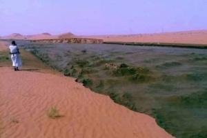 بالفيديو .. فيضان ســد مارب يكون نهر ضخم يشق الصحراء