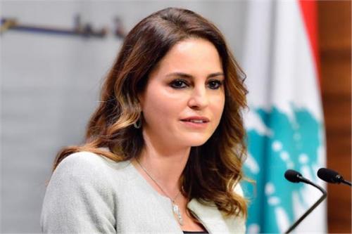 """وزيرة الإعلام اللبنانية تعتذر وتستقيل """"على الهواء"""""""
