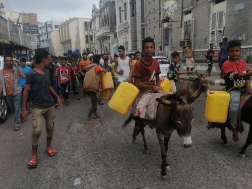 شاهد.  بالصور: تظاهرة في عدن تطالب بالماء واقالة مسؤولين كبار
