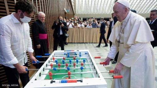 """البابا فرنسيس """"عاشق كرة القدم"""" يتلقى هدية جديدة"""