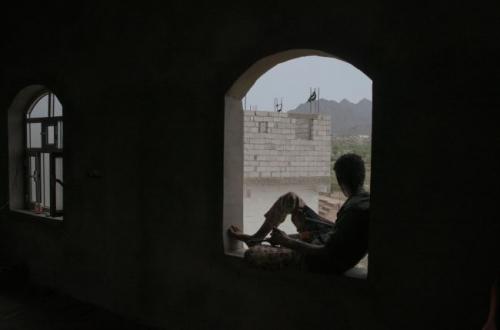 نتيجة غسيل الادمغة مسلح حوثي يطلق النار على والده بتهمة الولاء للشرعية