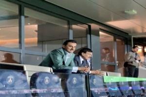 صورة .. امير قطر يحتفل بسقوط ريال مدريد بالملعب