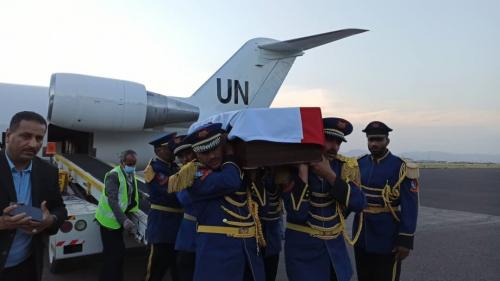 طائرة أممية تنقل جثمان قيادي حوثي