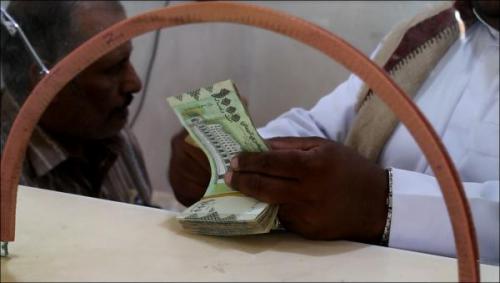 استمرار تهاوي الريال اليمني يتسبب بتضارب قرارات المركزي اليمني وجمعية البنوك بعدن