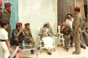 الرئيس الراحل صالح يظهر في صورة نادرة مع مجموعة من الضباط وهو يرتدي هذه الملابس؟