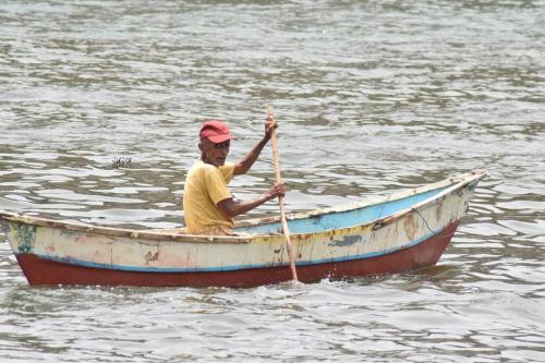 قصة كفاح:   بالصور.. عثمان (الصياد القنوع)