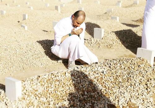 جلس على ركبتيه يدعو وهو متأثر.. شاهد: صورة الأمير خالد بن الوليد أمام قبر والدته
