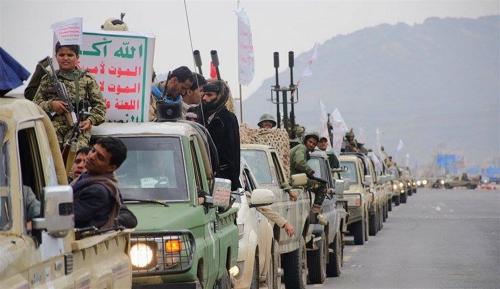 فاجأ الجميع.. الحوثي يظهر على زورق وسط البحر الأحمر متحديا التحالف وطارق عفاش (فيديو وصور)