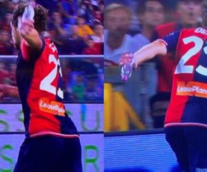 """مشهد طريف.. لاعب يسجل هدفا وبيده """"زجاجة مياه"""""""