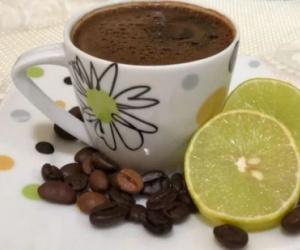 شاهد بالفيديو المفعول السحري للقهوة عندما تضيف اليها قطرات من الليمون الحامض