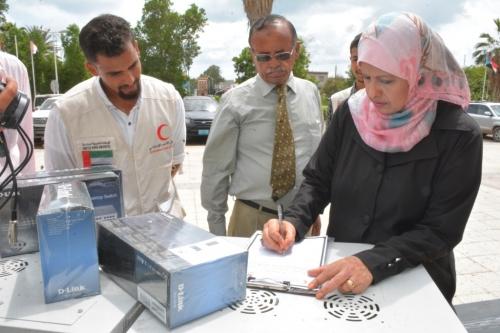 الهلال الأحمر الإماراتي يسلم كلية الطب والعلوم الصحية عدداً من الأجهزة الإلكترونية