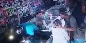 """لص يقبّل رأس عجوز أثناء السرقة: """"احتفظي بهدوئك لا أريد مالك"""""""