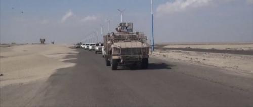 شهود عيان : موكب يضم سيارات لمسئولين غير معروفين مر بشقرة في طريقه الى عدن