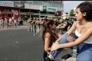 الجميلات الثائرات : متظاهرات لبنان يكسرن صورة نمطية عن اللبنانيات وإشادات عربية بهذا