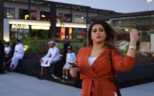 حسناء سعودية تثير جنون السعوديين بسبب ملابسها وما اصبها كان مفجئاً للجميع (فيديو)