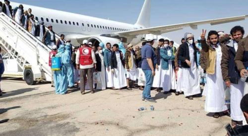 شاهد بالفيديو: احد الحوثيين المفرج عنهم يسال أخيه..المره جالسة او تزوجت؟