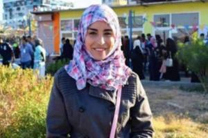 مغنية يمنية تصفح شاب مصري ووالده يهددها بالانتقام