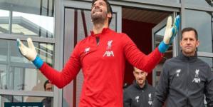 قد يعود للملاعب نهاية الشهر.. تقارير: أليسون يبدأ تدريبات منفردة في ليفربول.