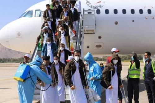 يواجهون الموت في كل لحظة.. صحفي محرر يكشف معاناة المختطفين اليومية في سجون مليشيا الحوثي