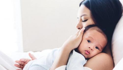 باحثون: قلة نوم الامهات تعجل شيخوختهن