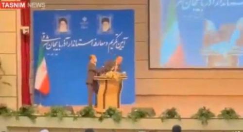 شاهد ..  حاكم ايراني يتلقى صفعة على وجهه لحظة تنصيبه.. فيديو