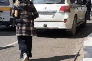فتاة صنعانية تتجول بسلاحها الكلاشنكوف وسيارتها الفارهة.. فمن هي ؟!