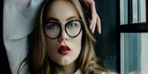منع ارتداء النساء للنظارات في اليابان لهذا السبب الغريب!