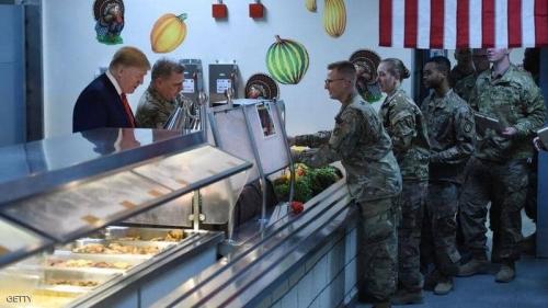 بالفيديو.. ترامب يقدم الطعام للجنود