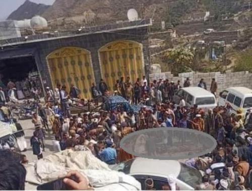 شاهد .. زوجة الشيخ حميد طفيان تخضب وجهها بدمه بعد ان قتله الحوثي في سوق بحجة