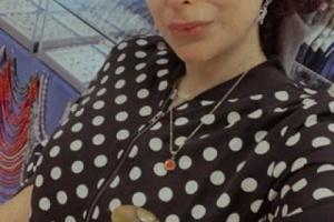 الكاتبة الكويتية الشهيرة التي نشرت صورها وهي تلبس المعوز اليمني والمشدة والجنبية