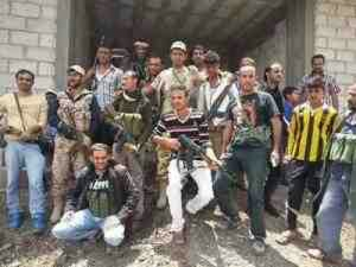 خطير .. شيخ مغمور يوزع السلاح لقتال المقاومة في العاصمة اب
