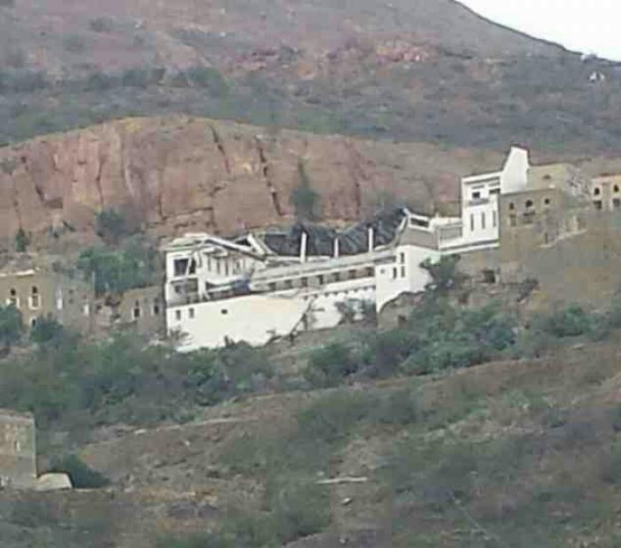 شاهد الصورة : منزل القيادي الاصلاحي عبدالرحمن العماد بعد تفجيره في منطقة الرضمة بإب