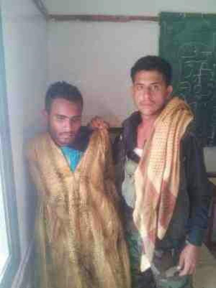 شاهد الصورة.. أسرى الحوثيين في تعز يرتدون زي نساء جبل صبر