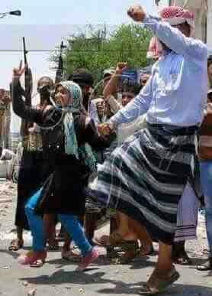 شاهد الصورة .. فتاة من تعز تشارك المقاومة افراح النصر بطريقتها الخاصة