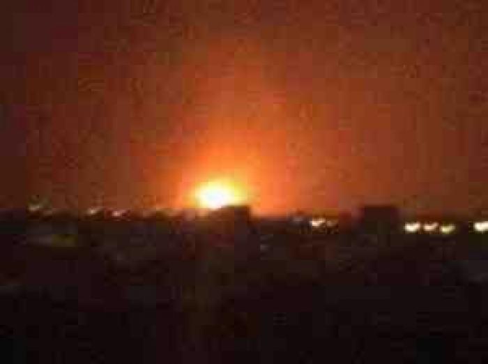 صورة .. طائرات العاصفة تدمر ميناء الحديدة بالكامل