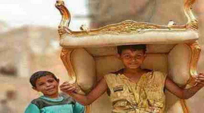 صورة.. الطفل اليمني الذي إقتحم عالمالشهرة بالكرسي الذهبي