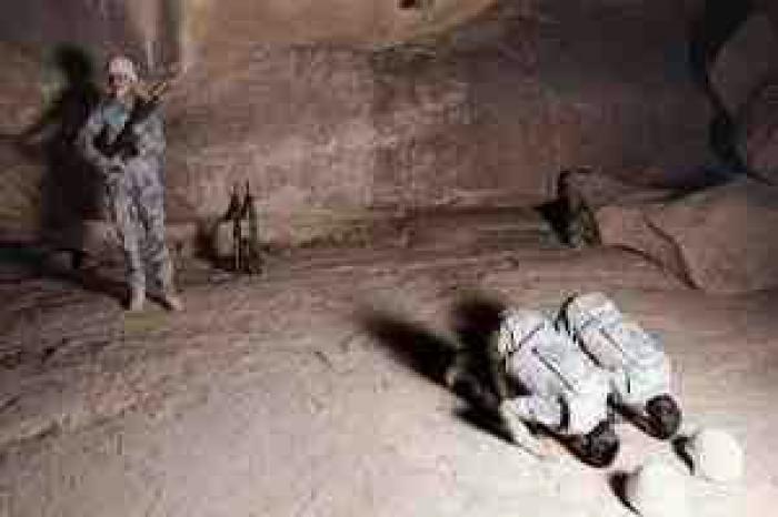 """شاهد .. """"صورة"""" جنود حرس الحدود السعودي الثلاثة تأسر قلوب المغردين"""