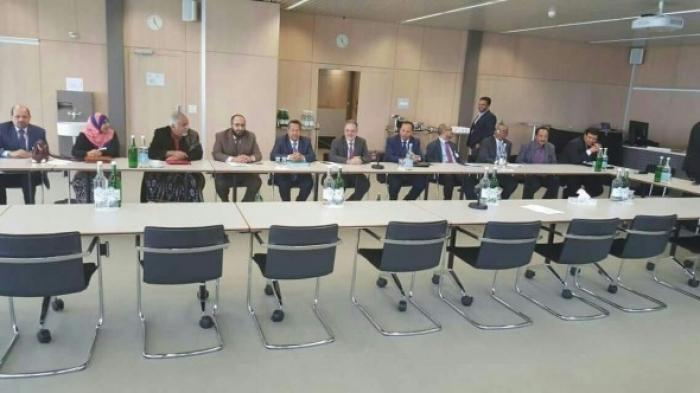 الحوثي ينفي نيته الانسحاب من جنيف .. ويعود للمفاوضات بورقة احتجاج