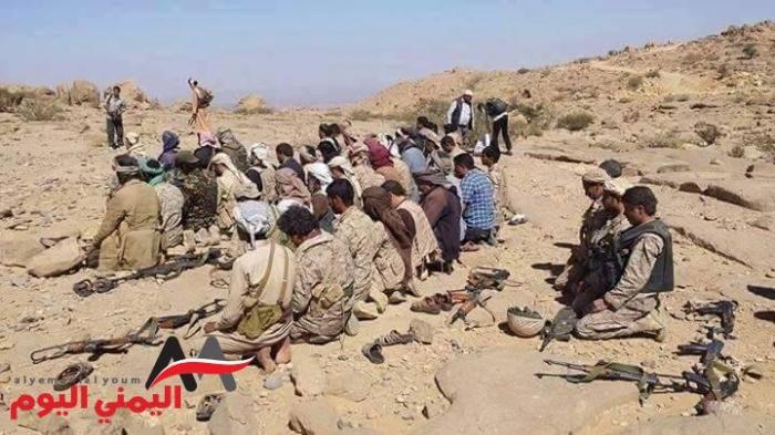 شاهد بالصورة .. قوات الشرعية تؤدي الصلاة على مشارف صنعاء