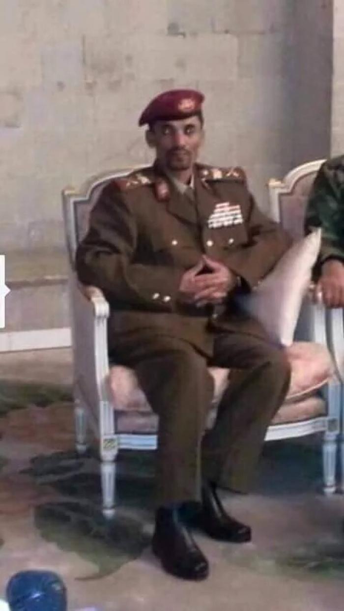 شــاهد : الحوثي ابو علي الحاكم .. سارق الساعات يظهر ببدلة عسكرية منهوبة ورتبة مزورة !!