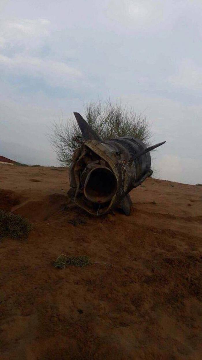 """بالصور.. هذا ما تبقى من صاروخ """"قاهر1"""" الذي أطلقه الحوثيين صوب جيزان"""